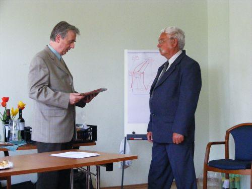 Mendei Árpád átveszi a díjat Duhay Gábortól